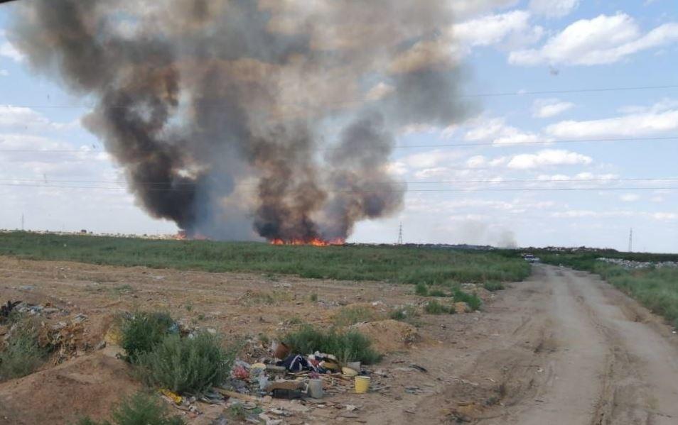 На севере Астраханской области сильно горит мусорный полигон