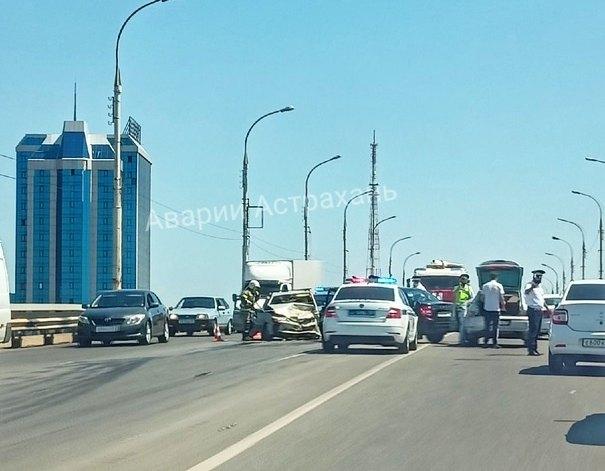 На Новом мосту в Астрахани произошло тройное ДТП: есть пострадавшие