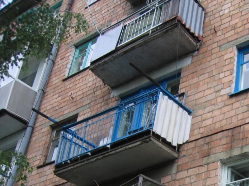 В посёлке калининец подросток выпал с балкона.
