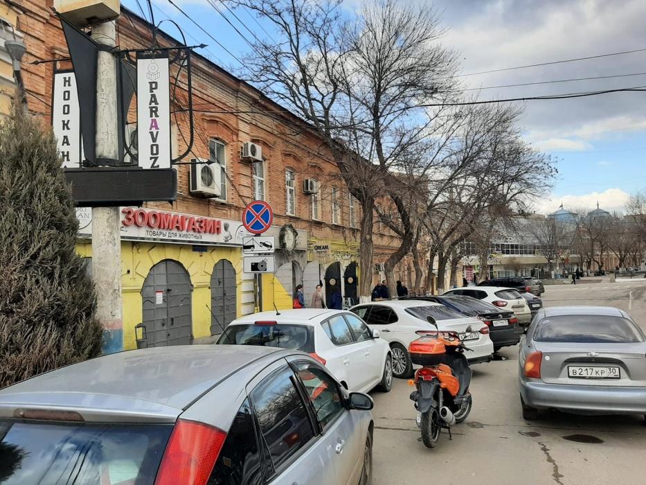 Эксперимент не удался? В центре Астрахани неожиданно исчез знак о запрете парковки